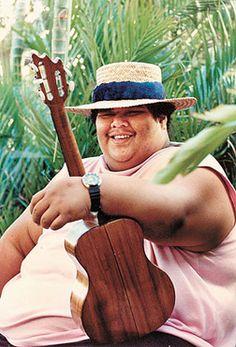 """UKELELE Israel """"Iz"""" Kaʻanoʻi Kamakawiwoʻole (Hawaiian pronunciation: [kəˌmɐkəˌvivoˈʔole]) translation: """"The Fearless Eyed""""; May 1959 – June also called Bruddah Iz (""""Brother Iz""""), was a Hawaiian musician. Cool Ukulele, Ukelele, Ukulele Tabs, Ukulele Songs, Ukulele Chords, What A Wonderful World, Over The Rainbow Ukulele, No Rain, Beautiful Voice"""