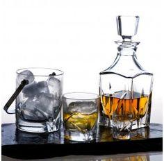 Juego de licor Laennec en cristal Sèvres fabricado artesanalmente y compuesto por: 1 carafé y 6 vasos de licor de 5,5 cm. Se dice de Sèvres que es el cristal más transparente que jamás ha existido y es que no conviene olvidar que esta firma surge en 1750 para satisfacer directamente al Rey Luis XV de Francia.