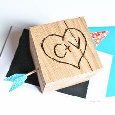 """DIY de la St Valentin """"Love, love, Love"""" ou  le presse-papier coeur pyrogravé / Happy Valentine's day DIY. Woodburned love message."""