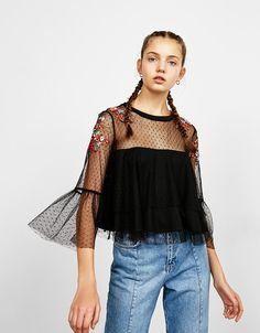 Blusa plumeti flores bordadas - Camisas - Bershka España