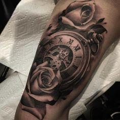 idée tatouage homme bras horloge roses