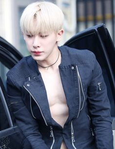 WHY ARENT YOU WEARING A SHIRT<<Because he is fabulous and he knows it