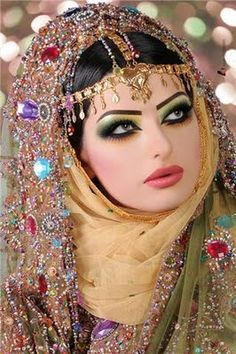 brides around the world - Indian Bride. makeup is traditional Indian style Indian Bridal Makeup, Asian Bridal, Beautiful Eyes, Beautiful Bride, Moda India, Bollywood Makeup, Bollywood Costume, Art Beauté, Arabic Makeup