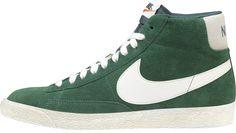 Sneakers uomo di ispirazione basket, le Nike Blazer Mid Suede Vintage sono un classico Nike totalmente rinnovato in stile vintage! Tomaia in suede con logo in pelle su entrambi i lati. Lettering sul retro. Suola in gomma vulcanizzata.    Prezzo: 96.00€    SHOP ONLINE: http://www.athletesworld.it/nike-blazer-mid-suede-vintage-nike-8037214