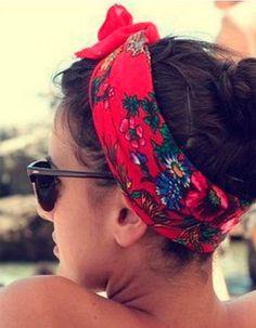Coiffure de plage cheveux attachés avec  bandeau noué sur le devant