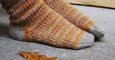 "Oktober tog med sig alla löv. Lämnade världens grundfärger på betongens grå. Garn : Hjertegarn i färgerna beige ""sock 4"", gul och or... Knitting Charts, Fingerless Gloves, Arm Warmers, Knits, Ravelry, Crocheting, Fall, Diy, October"