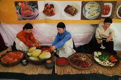 서울김장문화제 2014 Seoul Kimchi Making & Sharing Festival  서울 김장문화제에서 김치를 만들고 맛보는 행사가 진행돠었습니다... 한국의 김치종류별로 한꺼번에 볼 수 있는 좋은 자리였습니다..  서울김장문화제 http://english.seoul.go.kr/2015-seoul-kimchi-making-sharing-festival/  우리들한의원 홈피 Wooreedul Korean Medicine Clinic English HP http://www.iwooridul.com/english 日本語HP http://www.iwooridul.com/japan 中國語 HP http://www.iwooridul.com/chinese  우리들한의원 무료앱 다운법 사상체질진단가능 free app. sasang diagnosis program. http://www.iwooridul.com/app-update