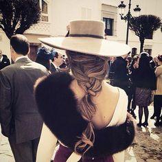 Invitada de invierno PERFECTA por @dchristianmadrid✔️ Me chiflan todo y más el peinado y el sombrero de fieltro!  #invitada #invitadaboda #invitadaperfecta #lookinvitada #lookboda #gueststyle #guestlook #sombrero #estola #boda