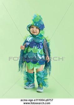 retrato, de, nena, (12-17, months), en, pez, disfraz, para, halloween Ver Imagen agrandada