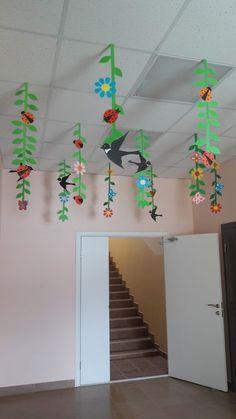 Girlanden Garlands Garlands The post garlands appeared first on Knutselen ideeën. Class Decoration, School Decorations, Spring Art, Spring Crafts, Diy And Crafts, Crafts For Kids, Paper Crafts, Felt Flowers, Paper Flowers
