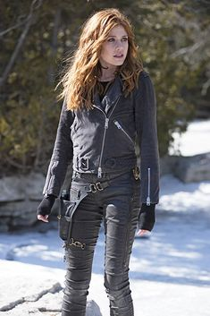 Find images and videos about shadowhunters, the mortal instruments and clary fray on We Heart It - the app to get lost in what you love. Shadowhunters Outfit, Shadowhunters Tv Show, Shadowhunters The Mortal Instruments, Katherine Mcnamara, Kat Mcnamara, Cassandra Clare, Hunter Clary, Clary And Jace, Hunter Outfit