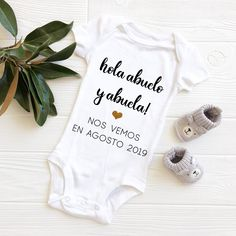 day pregnancy announcement grandparents gift ideas Hola Abuela y Abu. day pregnancy announcement grandparents gift ideas Hola Abuela y Abuelo Grandparent Pregnancy Announcement, Pregnancy Announcement To Husband, Baby Announcements, Cute Onesies, Grands Parents, Grandparent Gifts, Baby Bodysuit, Pregnancy Photos, Future Baby