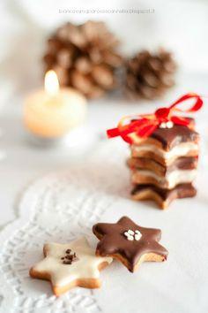 Dicembre #Vogliadi #Natale - Biscottini con farina di riso, glassati con cioccolato fondente e bianco