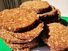"""מתכון עוגיות Anzac (אנזק), עליי לבקש סליחה משאר העוגיות בעולם, אבל העוגיות הכי טעימות שיש הן Anzac cookies הקראנצ`יות שאותן למדתי להכין באוסטרליה. יש המספרים שעוגיות אלו נאפו ונשלחו ע""""י נשות החיילים האוסטרלים והניו-זילנדים שנלחמו בחזית במלחמת העולם הראשונה, ואף נשארו פריכות וטעימות לאחר מסע חוצה אוקיינוסים בספינות מסע. זוהי הגרסה הבריאה של העוגיות עם קמח כוסמין מלא וקוואקר שיבולת שועל, כך שמתקבלות עוגיות עשירות בסיבים תזונתיים ולא מתוקות מדי"""