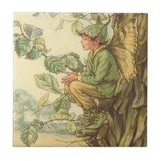 Winged Ulmen-Fee, die in einem Baum sitzt Kacheln
