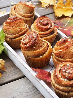 KIERREPULLAT MUFFINSSIVUOKIIN - Kaakao kermavaahdolla Sweet Bakery, Breakfast Muffins, Cinnamon Rolls, Sweet Recipes, Baking Recipes, Sweet Treats, Food And Drink, Cupcakes, Sweets