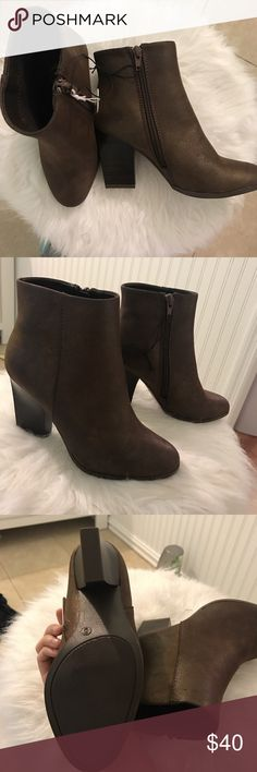 🍂NWT brown heeled booties🍂 BRAND NEW & soooo so cute ankle boots. brown with hints of bronze & copper. NO FLAWS!  • combat new with tags boutique zip up crew Shoes Ankle Boots & Booties