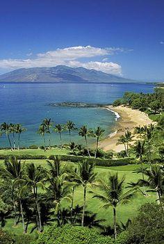 Hawaii, Maui, Wailea coastline, Ulua Beach, golf course in foreground, island in…