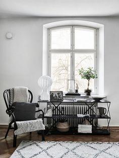Side table in the calm and elegant Finnish home of Maiju Lauren - photo: Riikka Katinkoski. Interior Design Living Room, Living Room Decor, Living Spaces, Bedroom Decor, Interior Designing, Black And White Interior, Scandinavian Home, Beautiful Interiors, White Interiors