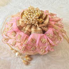 Shop for designer Potli bags,cape dress indian & luxury handbags by designer Ozel Bir Sey. Get ready for your next wedding at Jivaana. Indian Wedding Favors, Wedding Gifts, Trousseau Packing, Diwali Craft, Potli Bags, Bridal Clutch, Unique Purses, Crochet Gifts, Handmade Bags