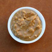 Pindasaus van pindakaas - 2-3 eetlepels pindakaas, 1 eetlepel suiker, scheutje melk/water, 2 theelepeltjes sambal, beetje boter, 1 teentje knoflook, sap halve citroen, scheutje ketjap manis, 1 klein uitje