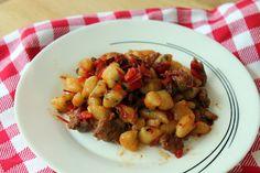 Gnocchi al basilico con salsiccia peperoni e pomodori secchi | Inventaricette, In cucina con Maria