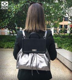 MOCHILA COURO HOC PRATA  Ideal para quem preza pelo conforto, esta mochila de couro dá um ar descolado e contemporâneo aos looks, criando um estilo esportivo e moderno que pode ser usado para o trabalho, faculdade, viagens e passeios.