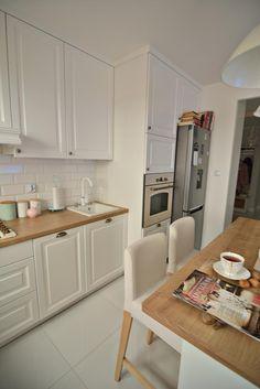 Drewniane blaty w białej kuchni