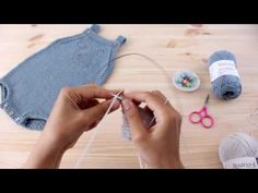 "Tricotar para bebé – ""Fofo Baleia"" – video tutorial parte (baby overall tutorial) - Babykleidung Baby Knitting Patterns, Knitting For Kids, Knitting Socks, Hand Knitting, Vintage Knitting, Baby Overalls, Baby Jumpsuit, Baby Jumper, Knitted Baby Clothes"