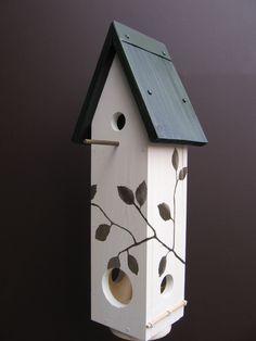 """Die handgearbeiteten """"Vogelvillas"""" bringen Farbe, Leben und Fröhlichkeit in Ihren Garten-für Sie und Ihre Kinder.    Diese schmucken Nistkästen lassen"""