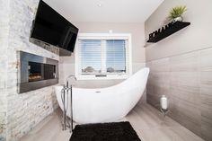 aménagement de salle de bains avec une baignoire et cheminée décorative