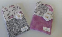 Presente ideal para presentear. <br>Confeccionado em tecido 100% algodão e manta acrílica. <br>Medidas: 16 cm X 9 cm aproximadamente.