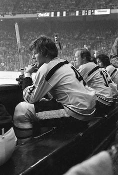 Great Hockey Photos You've Just Seen for the First Time! Hockey Pictures, Bobby Orr, Boston Bruins Hockey, Sports Fanatics, Boston Sports, Sports Figures, Hockey Cards, National Hockey League, Hockey Players