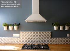 Carreaux de ciment forme géométrique grise cm gris by brigitte Kitchen Dinning, Kitchen Tiles, New Kitchen, Kitchen Decor, Kitchen Design, Elegant Homes, Dining Room Design, Modern Decor, Home Kitchens