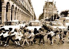Les tabliers de la *rue de Rivoli, Paris 1978 - Robert Doisneau  (*adiacente al Louvre)