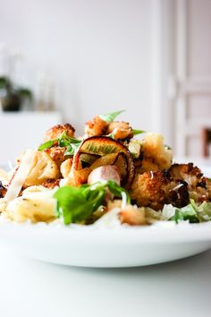 Enkelt og godt: Tagliatelle med pesto og ovnsbakt blomkål og gul løk.
