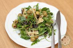 Sałatka z makaronem, oliwkami, suszoną śliwką, prażonym słonecznikiem i musztardą