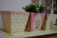 Centro de mesa y alhajero, en fibro pintado a mano, tecnica con stencil de flore, totalmente protegido para su mayor durabilidad. El precio es de cada uno o sea alhajero o sentro de mesa