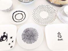 Wit servies in bv Hema met een porseleinstift inkleuren voor moederdag of aan oma kado te doen.