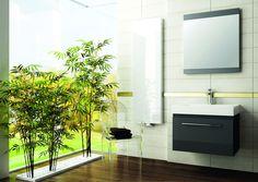 Rośliny wprowadzają do łazienki relaksującą atmosferę. Warto je wybrać, chcąc stworzyć klimat spa. Proste meble Decora w kolorze ciemnego drewna dodatkowo budują naturalny nastrój.