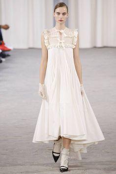The complete Veronique Branquinho Spring 2017 Ready-to-Wear fashion show now on Vogue Runway. Fashion 2017, Couture Fashion, Runway Fashion, Spring Fashion, High Fashion, Fashion Show, Fashion Design, Veronique Branquinho, Feminine Dress
