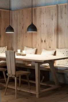 Excellent - your Tyrolean carpenter - dining Dining Room Corner, Dining Table, Chalet Interior, Cute Furniture, Restaurant Interior Design, Dining Room Lighting, Open Plan Kitchen, Modern House Design, Southern Homes