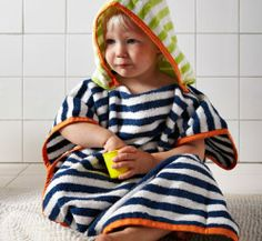 Bébé enveloppé dans une serviette à rayures avec capuche