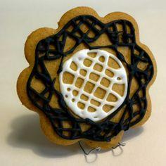 Tuo pitsinnypläys onnistuu ehkä kuitenkin paremmin pellavalangasta kuin sokerikuorrutteesta... - by Tarmo -- Piparkakku, Joulu, Gingerbread, Christmas