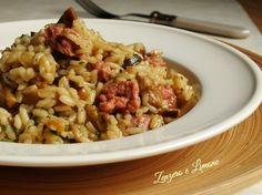 Questo risotto con salsiccia e funghi è un primo piatto semplicissimo da preparare e molto invitante. Insomma un risotto dal successo garantito!!!