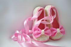 Wunderschöne gehäkelte Ballerina Schuhe mit gehäkelte Schleife und süßes Satinband zu halten die Füße deines Kindes schön und warm.    Meine Kinder zi