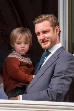 Pierre Casiraghi with Francesco Casiraghi stand at the Palace balcony. Beatrice Borromeo, Monte Carlo, 5 Months Pregnant, Ernst August, Princesa Carolina, Monaco Royal Family, Princess Alexandra, Glamour, Charlotte Casiraghi