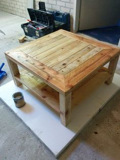 This would be perfect for the living room. Pallet table, DIY Instructions