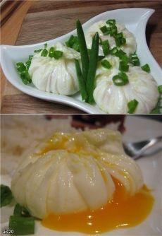 """Яйца-пашот """"Мешочки"""" .1. Нужна пищевая пленка, на каждое яйцо нужно отрезать приблизительно 15 х 15 см. 2.Пленку разложить на доске и смазать оливковым маслом. Пленку выложить на небольшую пиалу, в углубление вылить яйцо .3.Собрать концы пленки вместе, завязать узелок или обвязать ниткой. В кастрюле вскипятить воду, убавить огонь и опустить в воду мешочки с яйцами. Варить 5-7 минут.Мешочки с готовыми яйцами вынуть из воды, снять пленку и выложить на блюдце."""