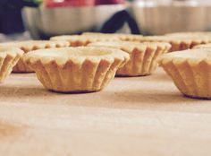 Almond pie crust for our white chocolate & fresh berries tartelette